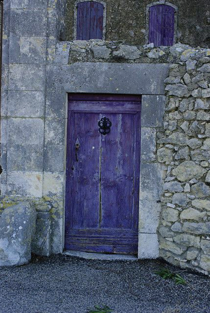 Steingebäude-lila-Haustür-alt-vintage-Fensterläden