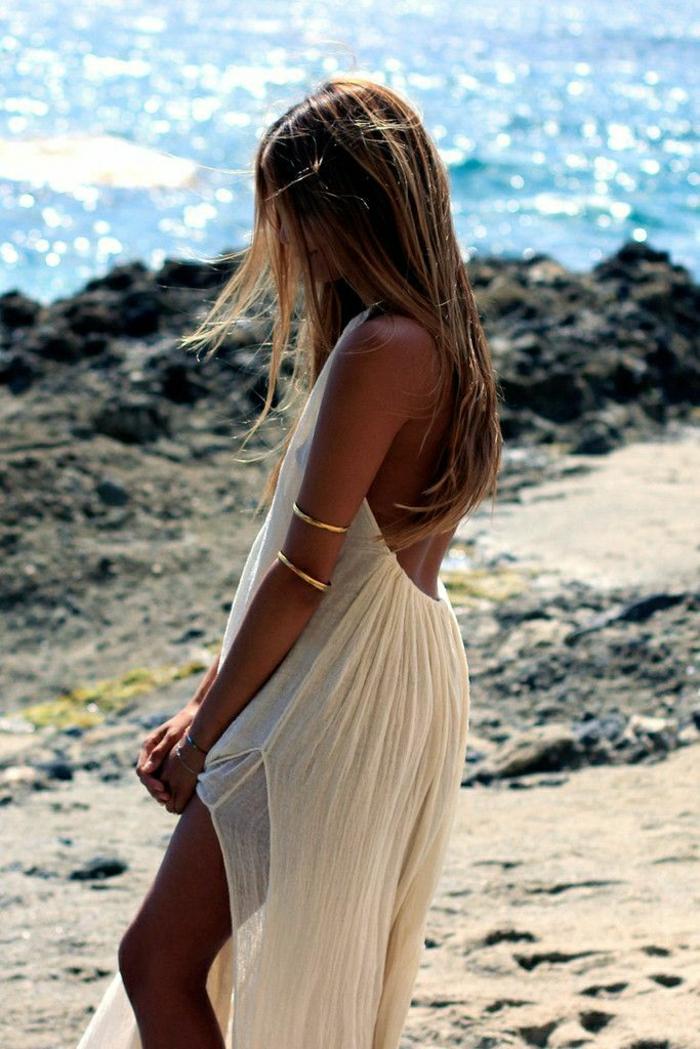 Strand-Meer-Felsen-lüftiges-Modell.Sommerkleid-weiß-goldene-Armbänder