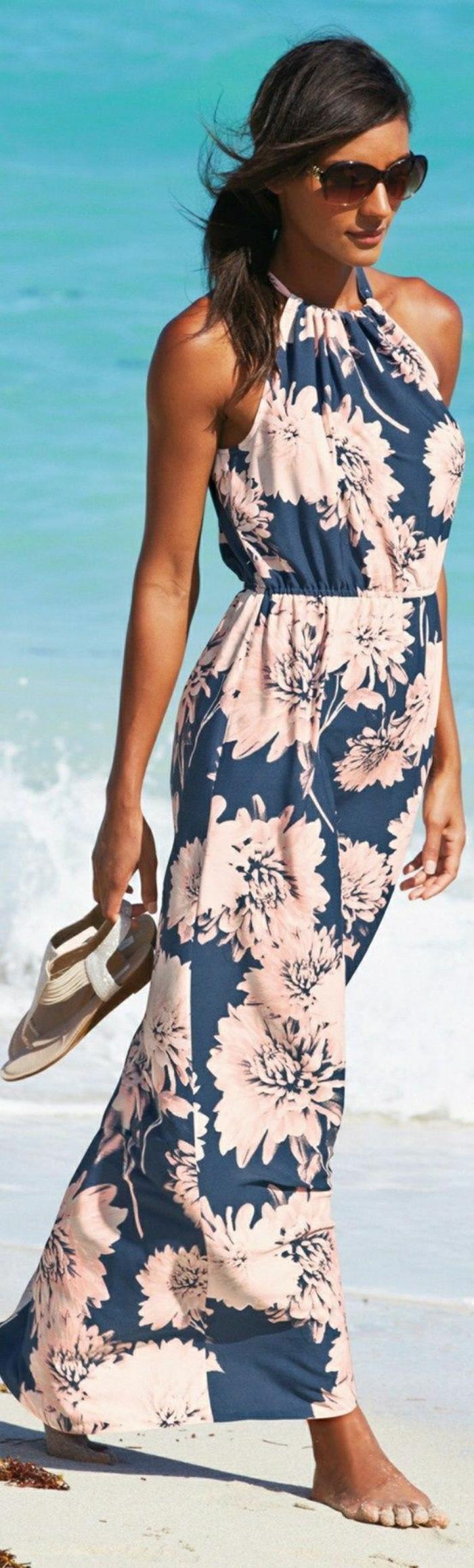 Strand-langes-Sommerkleid-blau-rosige-Blumen-Sandalen-Sonnenbrille