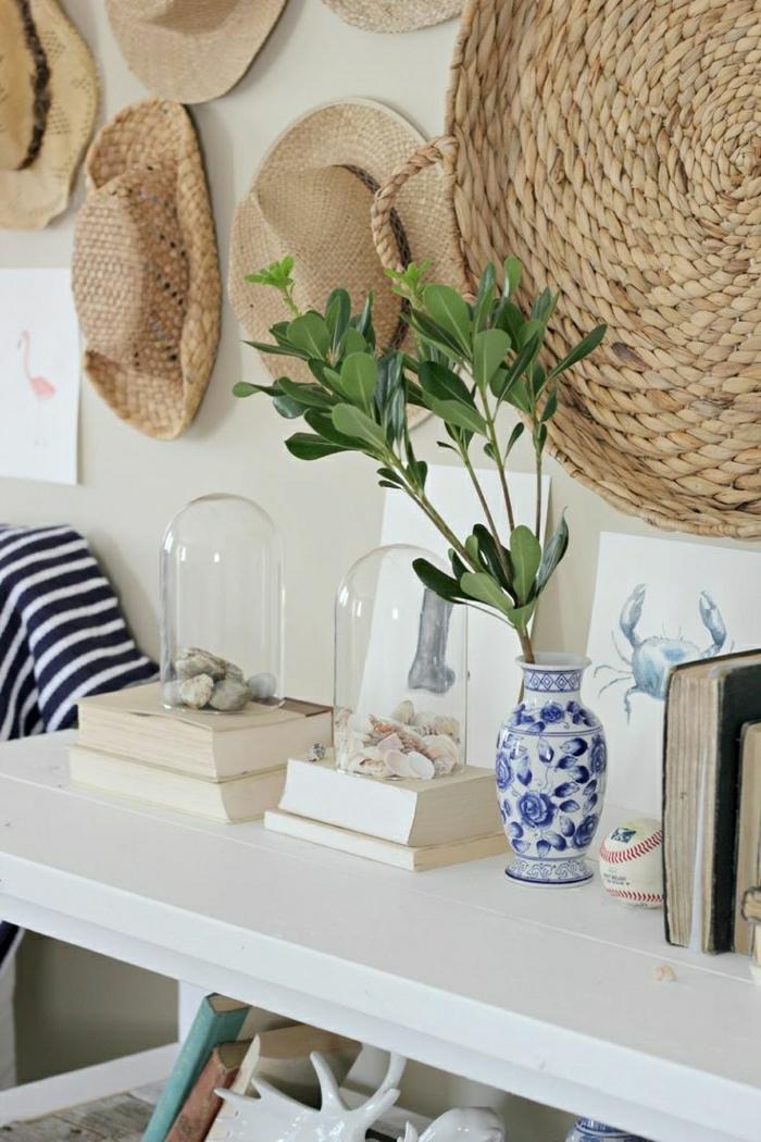 Strohhüte-damen-sonnenhut-herren-Vase-Porzellan-Bücher-dekorative-Steine-Muscheln