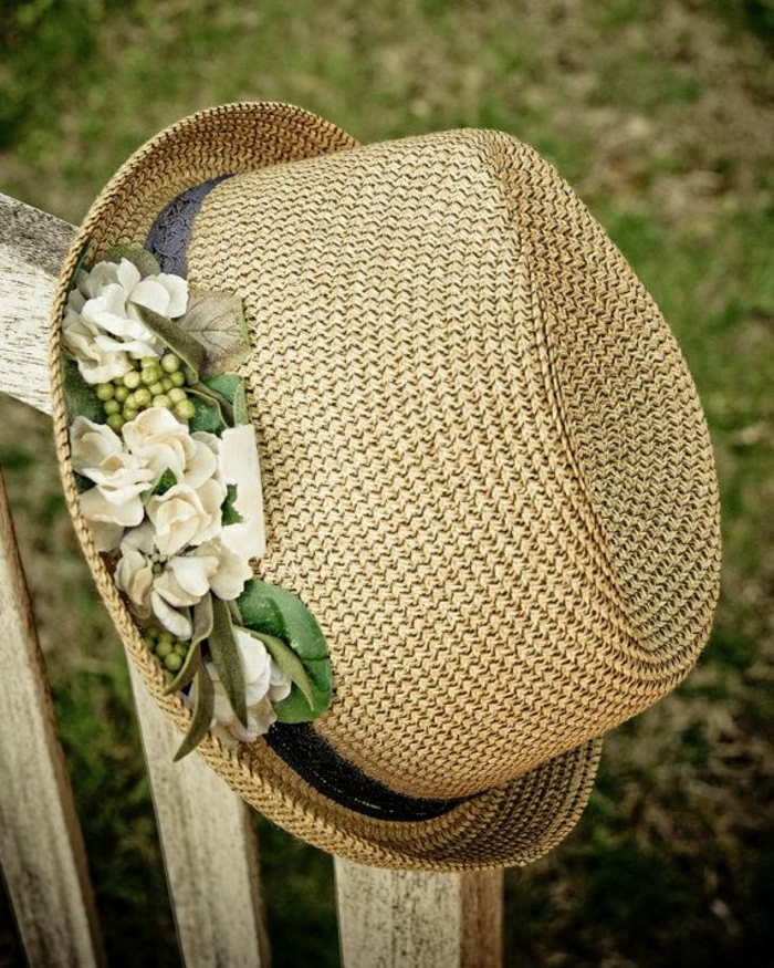 Strohhut-Damen-elegant-kokettes-Modell-Band-weiße-Blumen-Dekoration