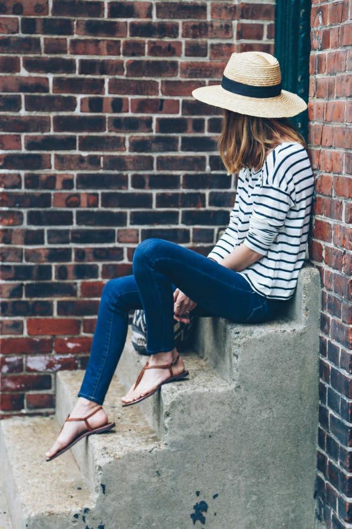 Strohhut-Krempe-schwarzes-Band-Bluse-Streifen-Jeans-braune-Sandalen