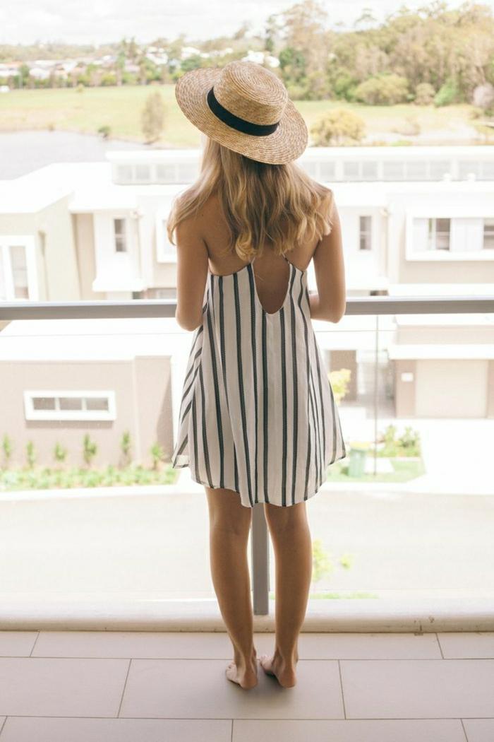 Strohhut-Krempe-schwarzes-Band-kurzes-Kleid-Streifen-schöne-Ansicht