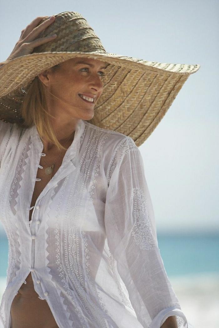 Strohhut-große-Krempe-weißes-Hemd-Sommerkleidung-Strand-Urlaub