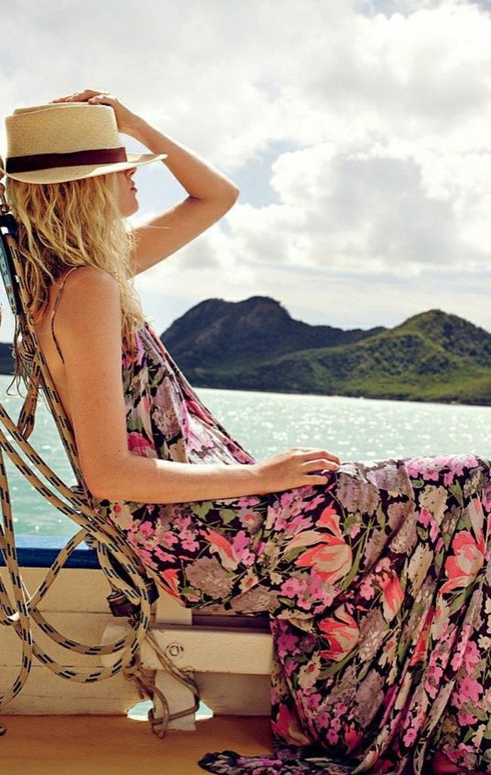 Strohhut-langes-buntes-Sommerkleid-Liegestuhl-Meer-Urlaub