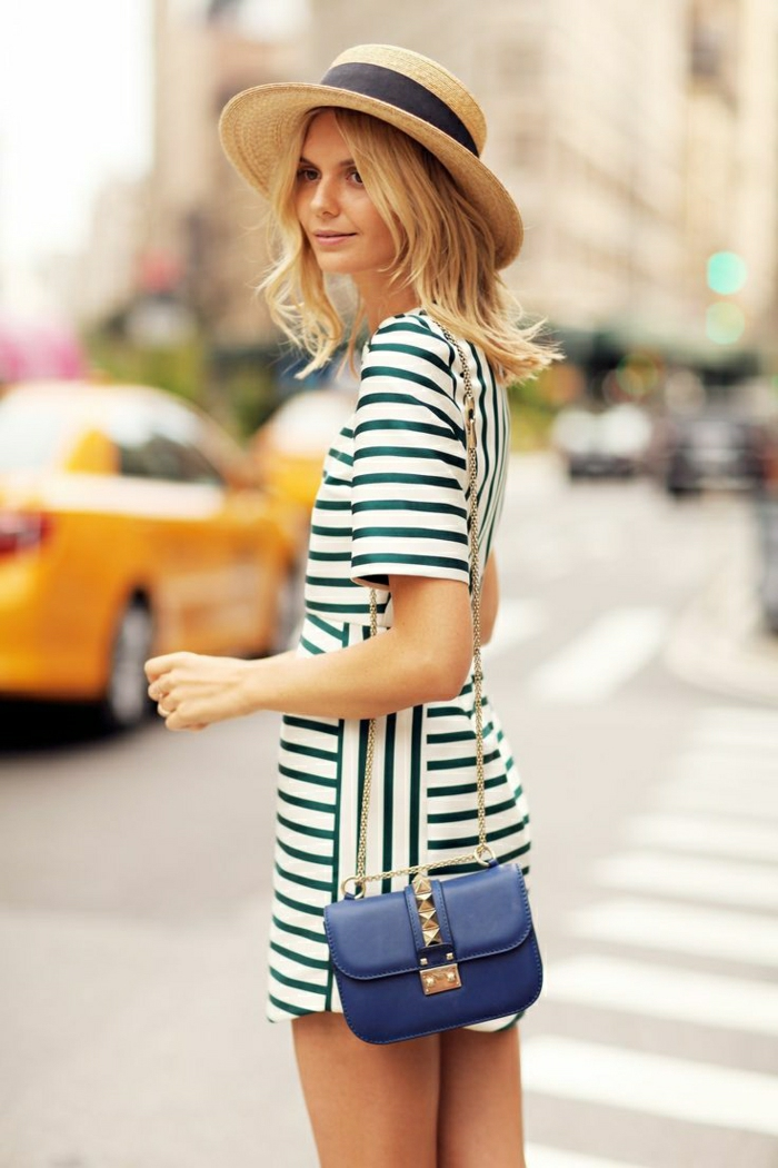 Sommerhut-schwarzes-Band-Mädchen-Kleid-Streifen-blaue-kleine-Tasche