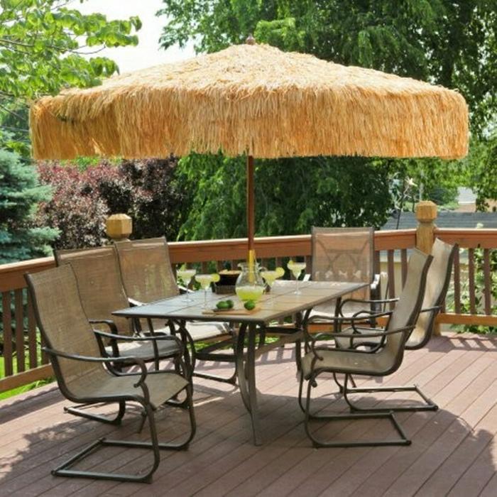 Strohschirm-Gartenmöbel-erfrischende-Getränke-Veranda-Garten