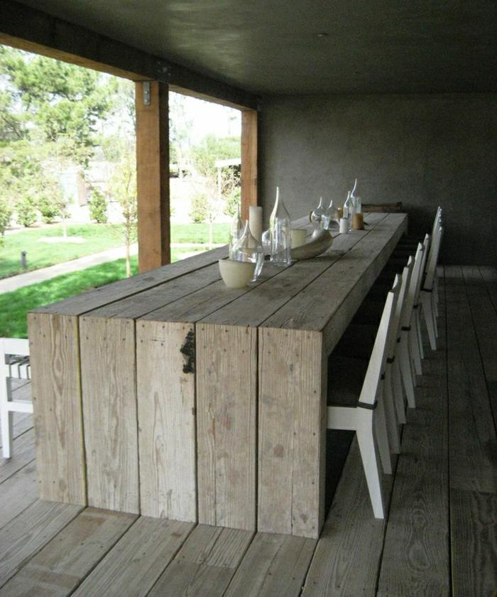 Villa-Veranda-Tisch-Stühle-Geschirr-rustikaler-Stil
