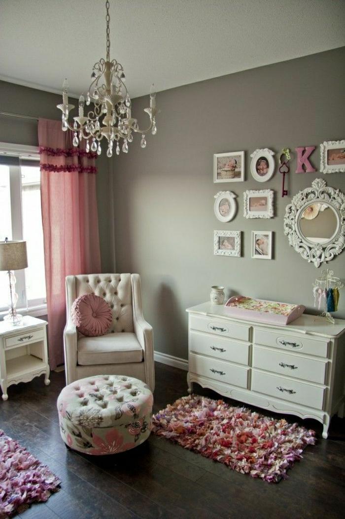 Vintage-Shabby-Chic-Einrichtung-rosa-weiß-Kommode-Sessel-Hocher-Kronleuchter-Kristalle-Wanddekoration-Ideen-Bilder-Spiegel-Schlüssel