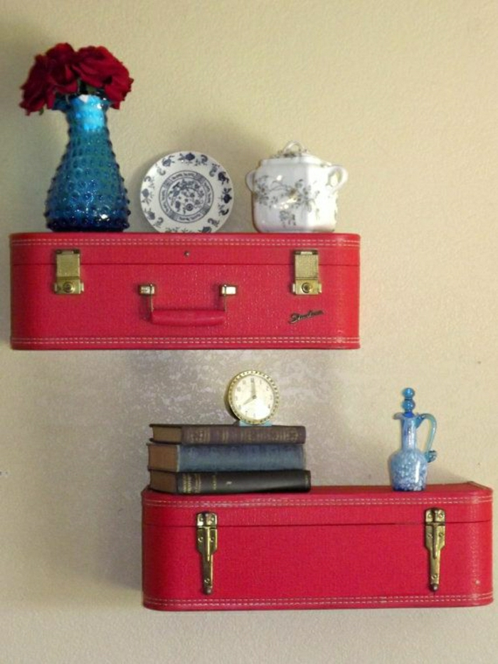 Wandgestaltung-Regale-vintage-Koffer-rot-Porzellan-Rosen-Bücher