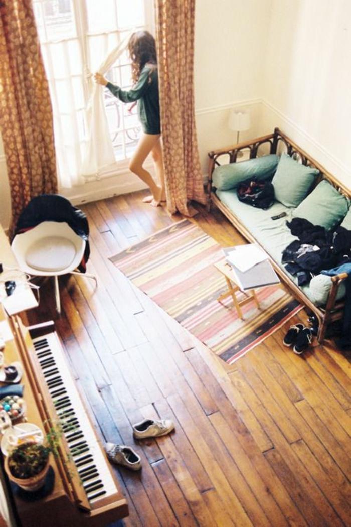 Wohnung-Musikinstrument-Klavier-Blumentöpfe-Fenster-gemütlich