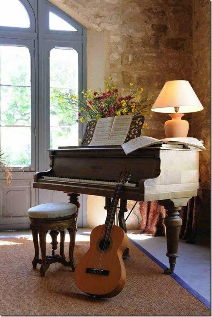 Wohnung-Steinwände-das-Musikinstrument-Klavier-Gitarre-Noten-Blumen-Lampen-Stuhl