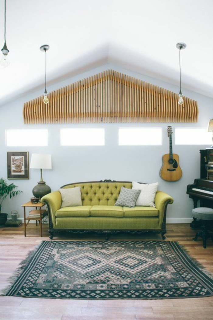 Wohnung-Teppich-weiße-Wände-grünes-Sofa-Kissen-das-Musikinstrument-Klavier-Gitarre