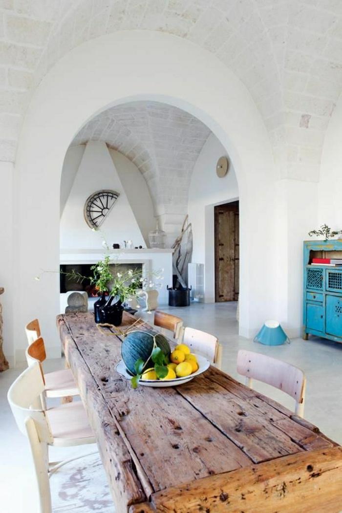 Wohnung-rustikale-Gestaltung-Esstisch-Holz-weiße-Stühle