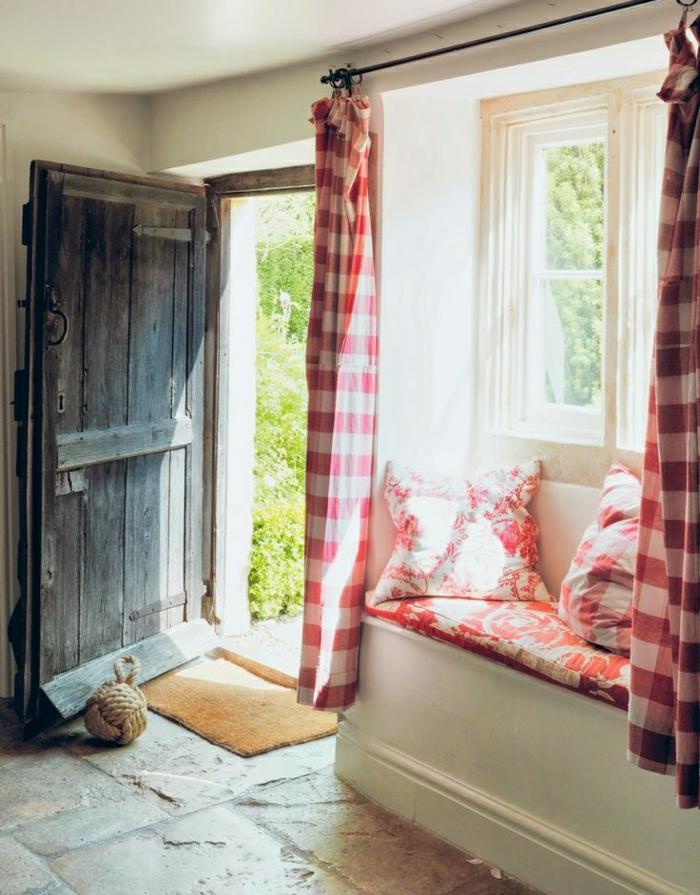Wohnung-rustikaler-Stil-vintage-hölzerne-Tür-karierte-Gardinen-Grün