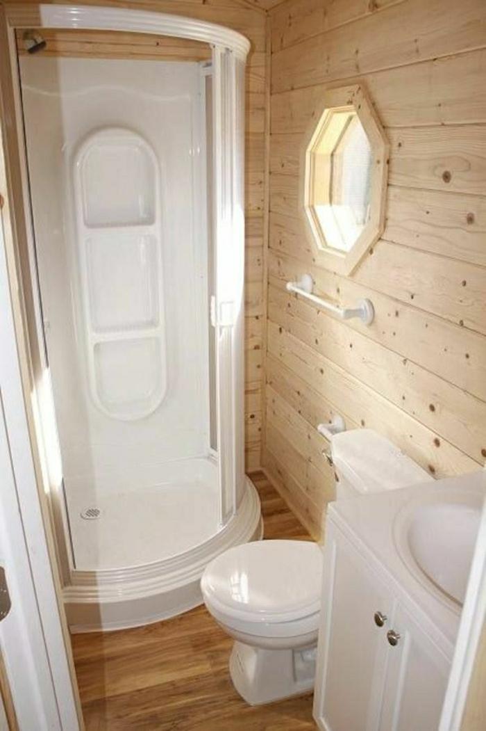 Wohnwagen-kleines-Badezimmer-Toilette-Waschbecken-Duschabtrennung-weiß