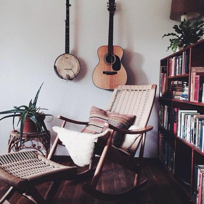 Wohnzimmer-Bücherregale-Blumentopf-gehängte-Musikinstrumente-Gitarre-Schaukelstühle
