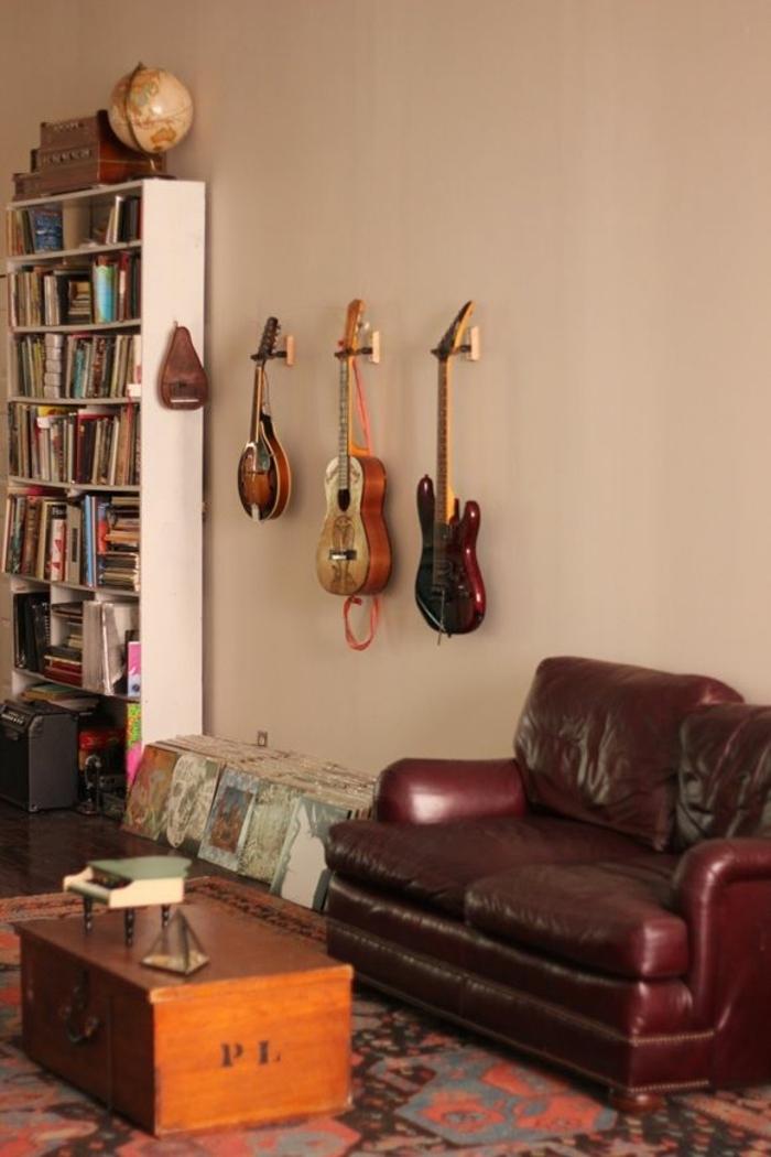 Wohnzimmer-Leder-Sofa-Couchtisch-Gitarren-Bücherregale-Globus