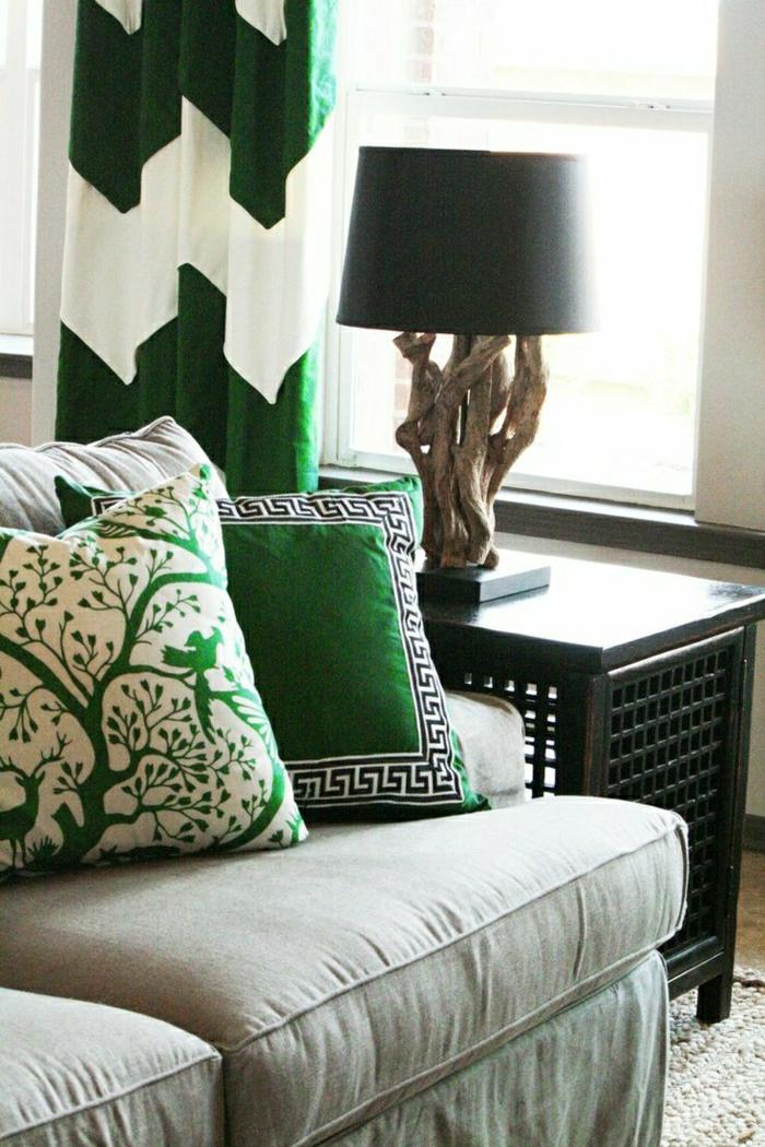 Wohnzimmer-Sofa-Kissen-grün-Waldmotive-rustikale-Nachttischlampe-coole-Gardinen-weiß-grün