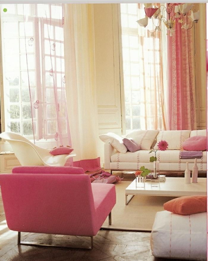 Wohnzimmer-beige-rosa-Sofas-Sessel-Hocker-Punktlinien-Gardinen-rosa-durchsichtig