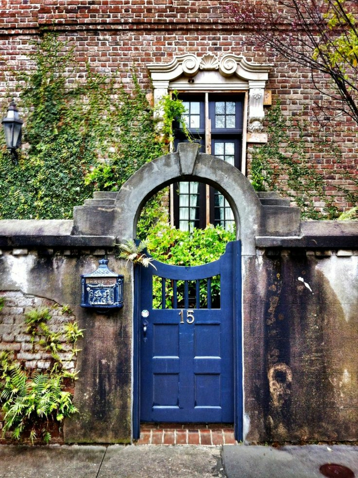 Ziegelhaus-Zaun-Stein-blaue-alte-Haustüren-Nummer-Postkasten-Grün