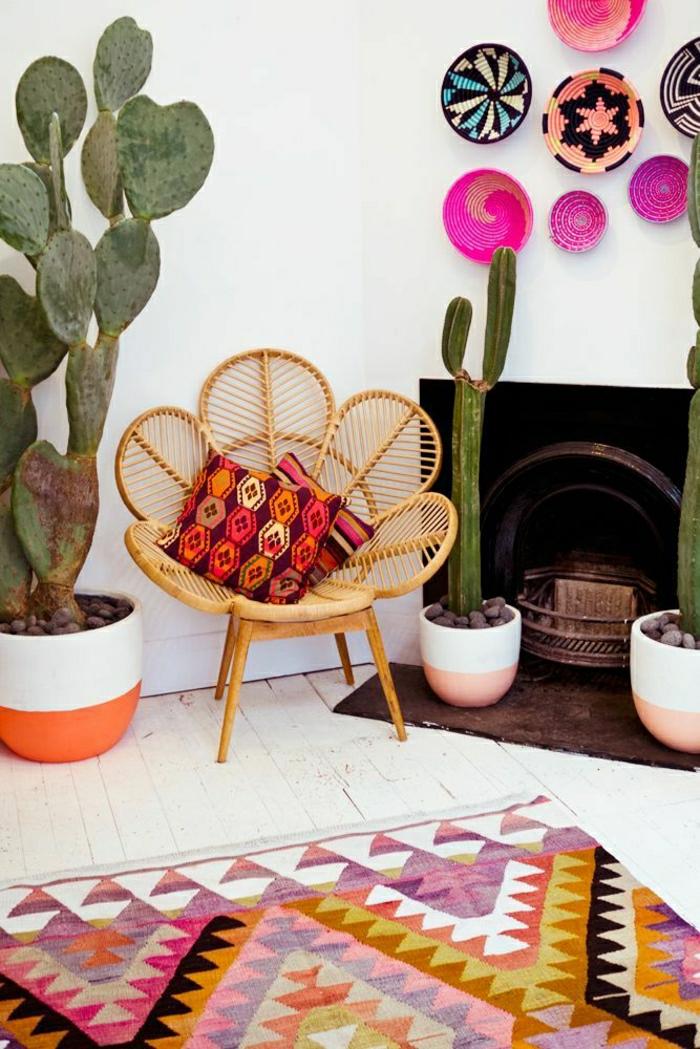 Zimmer-Boho-Chic-Gestaltung-Kakteen-Rattanstuhl-Kamin-Wanddekoration-Ideen-keramische-Teller