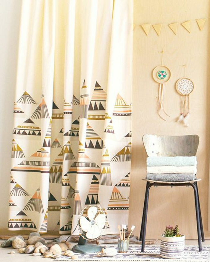 Zimmer-Boho-Gestaltung-vintage-Stuhl-Blumentopf-Ventilator-dekorative-Steine-Traumfänger-Gardinen-Boho-Motive