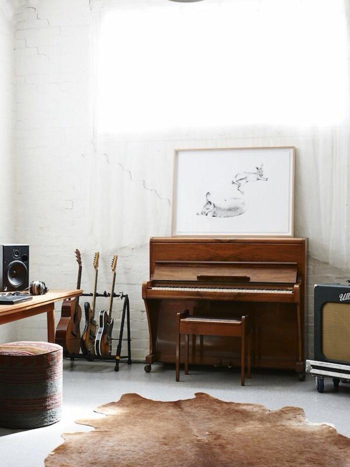 Zimmer-rustikale-Gestaltung-weiße-Ziegelwände-vintage-Klavier-Gitarren-Bild-Hocker-Tierhaut