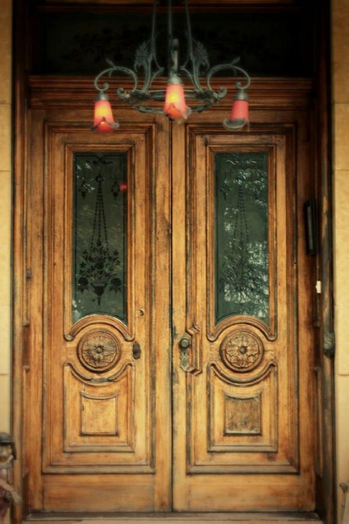 alte-Haustür-Holz-massiv-Glas-Kronleuchter
