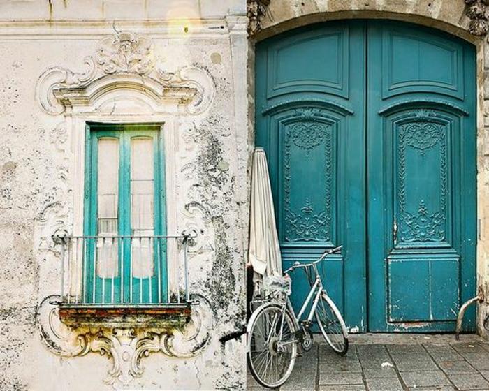 alte-Haustür-türkis-Farbe-vintage-Stil-Fahrrad-Fenster-Balkon