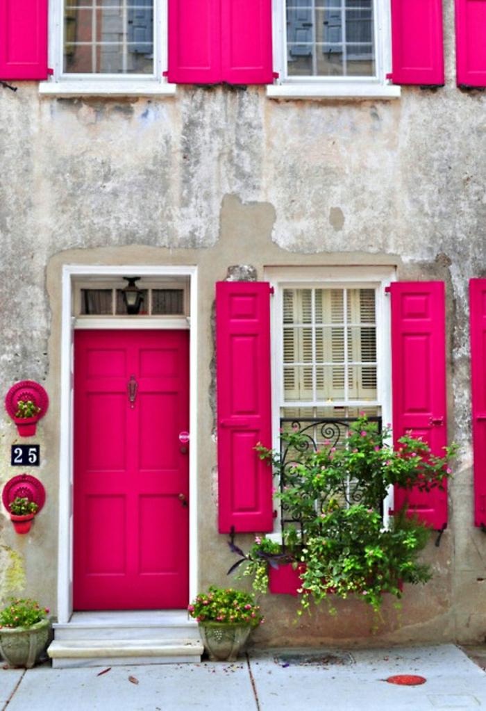 altes-Gebäude-rosa-Haustür-Fensterläden-vintage-Blumen