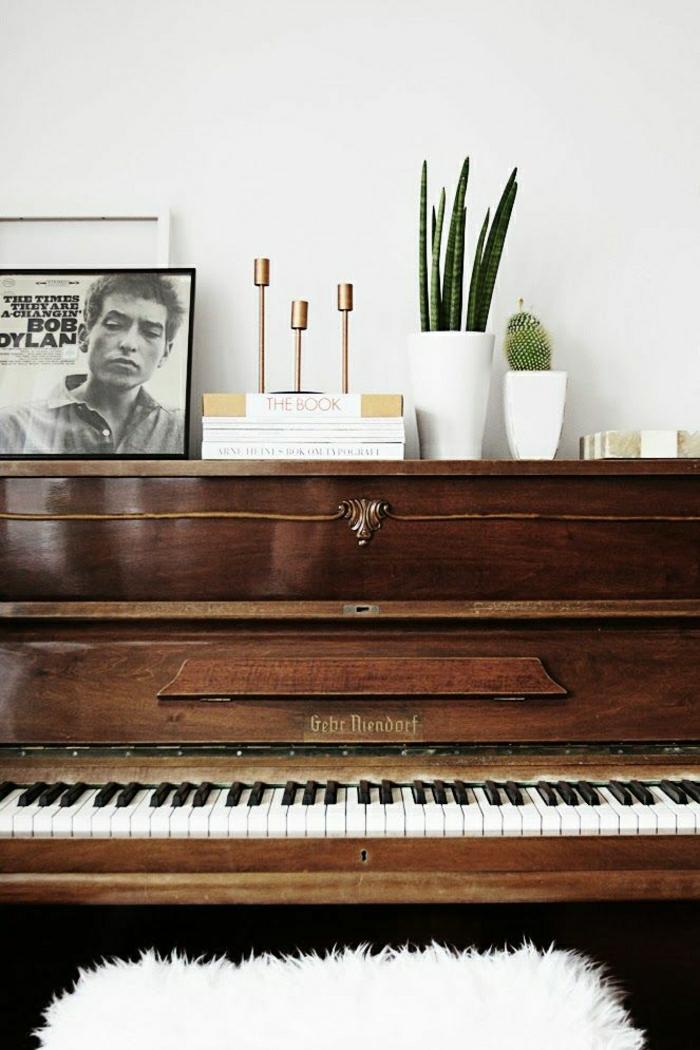 das-Musikinstrumen-altes-Klavier-Blumentöpfe-Kaktus-Bild-Kerzenhalter