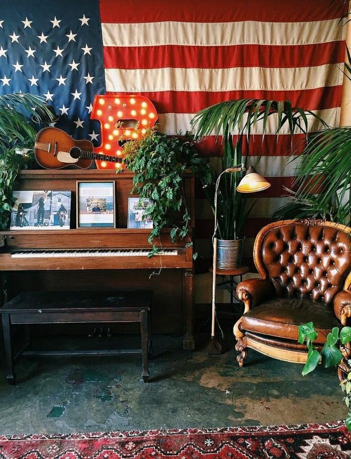 das-Musikinstrument-altes-Klavier-Pflanzen-Lampe-Leder-Sessel-Hocker-Mini-Gitarre-amerikanische-Flagge