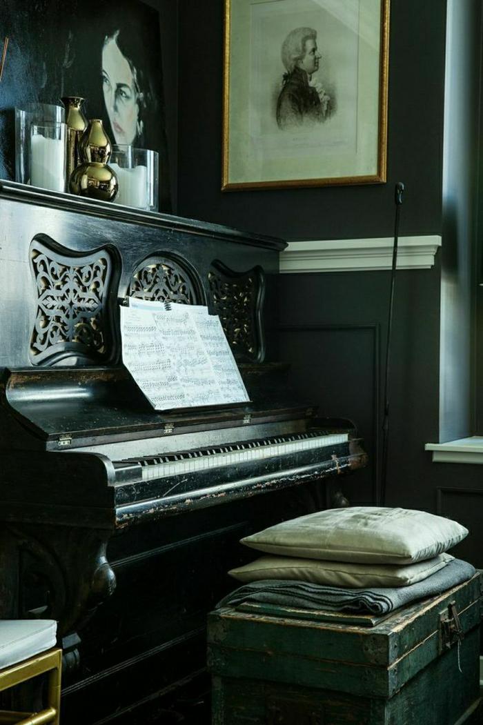 altes-Piano-Kissen-Notenblätter-Kerzen-Bilder-Komponist