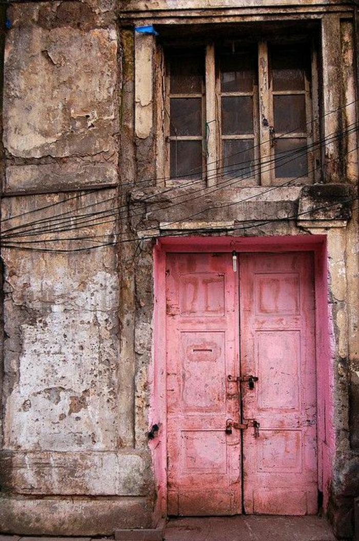 altes-gebäude-vintage-rosa-Haustür
