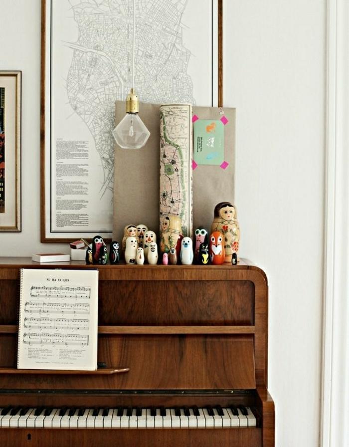 altes-vintage-Klavier-Notenblätter-russische-Puppen