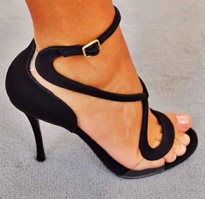 attraktive-Sandalen-Absatz-schwarz-interessantes-Design