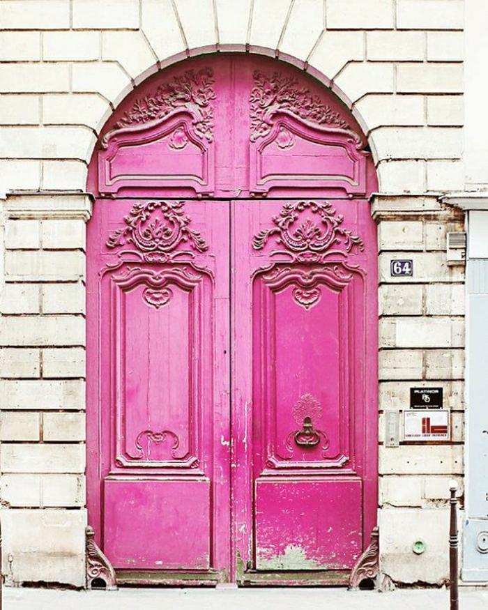attraktive-rosa-Haustür-alt-vintage-Ornamente