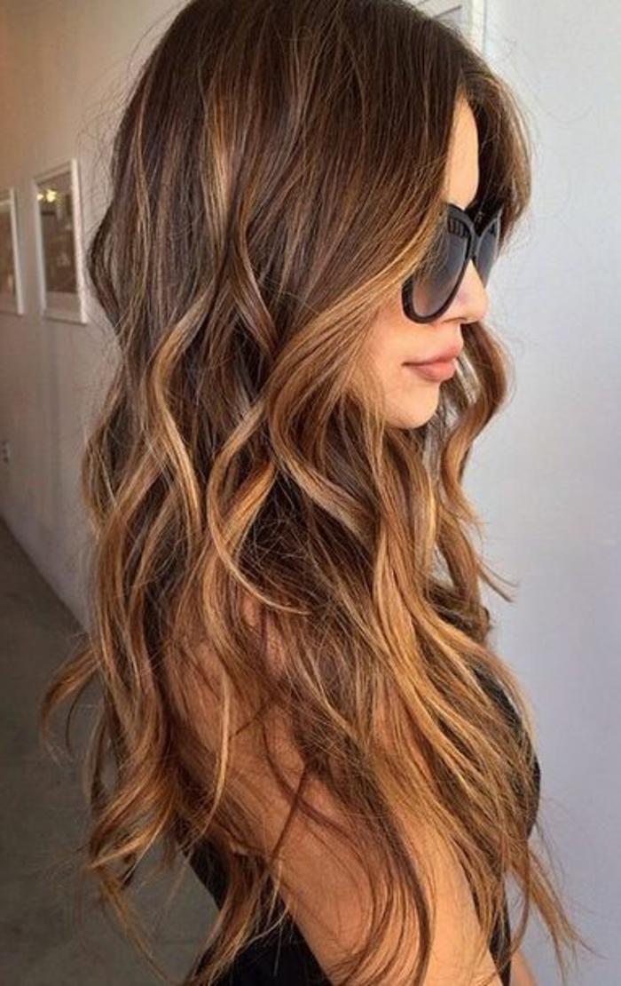 balayage- highlights-schöne-frau-mit-langen-haaren