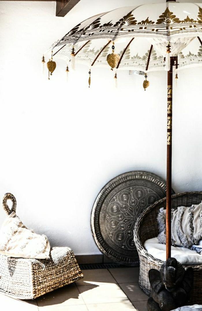 balinese-Gartenschirme-weiß-goldene-Ornamente-Rattan-Möbel