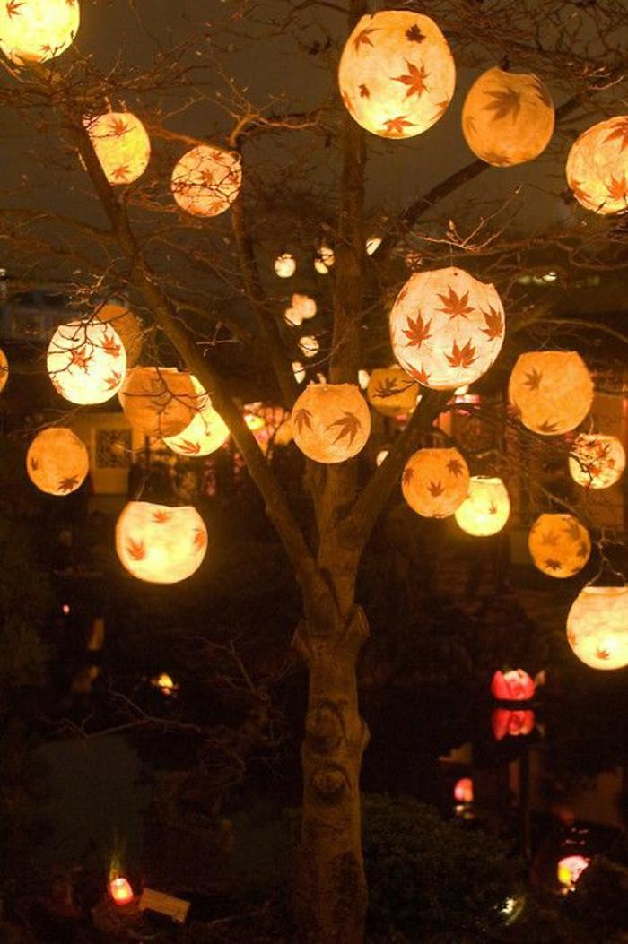 beleuchtete-Globen-Gartenlampen-Blätter-Dekoration-Baum