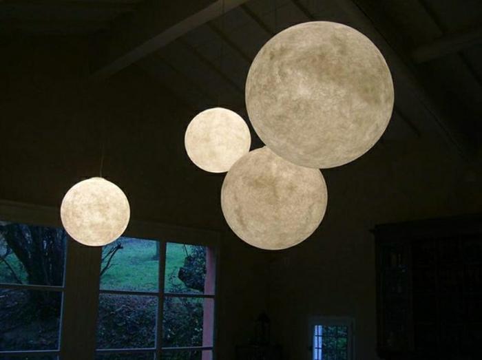 beleuchteter-Globus-Lampe-goldene-Nuancen