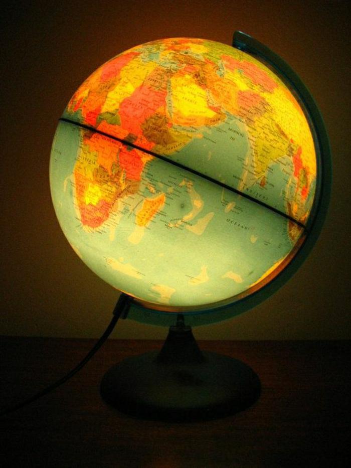 beleuchteter-Globus-Lampe-gemütliche-Atmosphäre