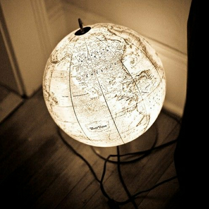 beleuchteter-Globus-gemütliche-Atmosphäre