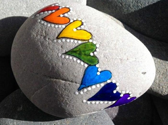 bemalter-Stein-farbige-Herzen-weiße-Punkte