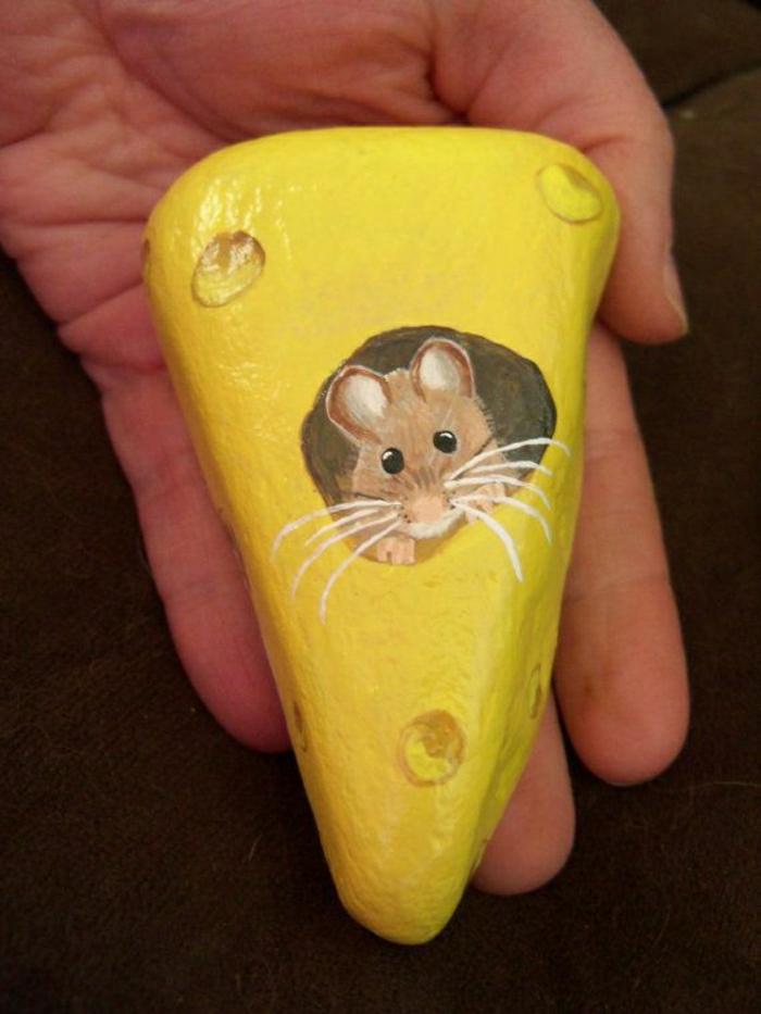 bemalter-Stein-gelb-Käse-Maus-Loch-süß