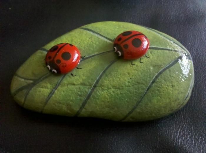 bemalter-Stein-grünes-Blatt-zwei-Marienkäfer
