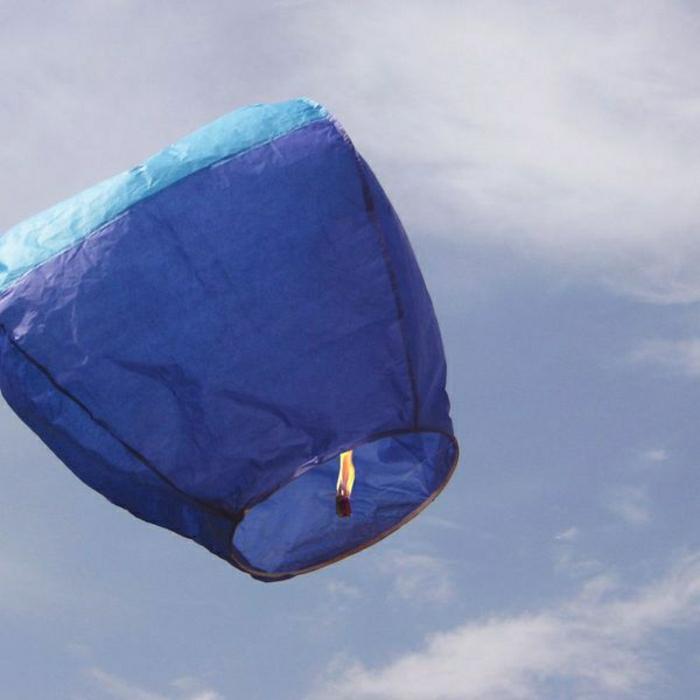 fliegende-Laternen-blau-Himmel