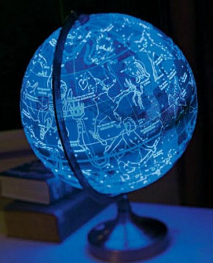 beleuchteter globus das licht der kenntnis. Black Bedroom Furniture Sets. Home Design Ideas