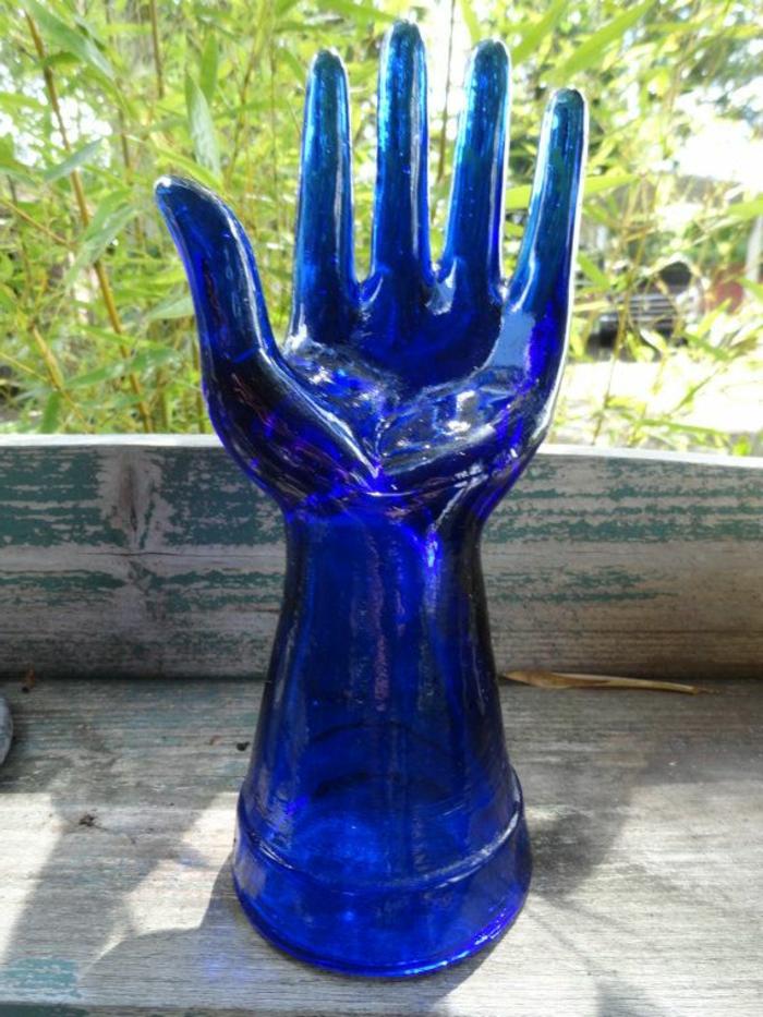 blaues-glas-eine-hand-als-dekoration